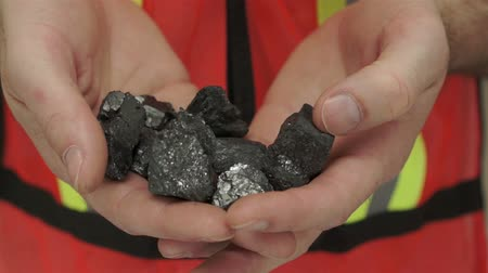 minério : Miner Shows Carbon Graphite Ore