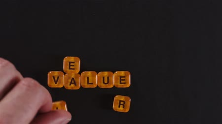 waarden : Letter Blokken Spelling Real Value Stockvideo