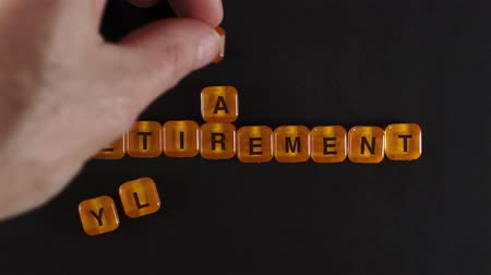 idade média : Letter Blocks Spell Early Retirement