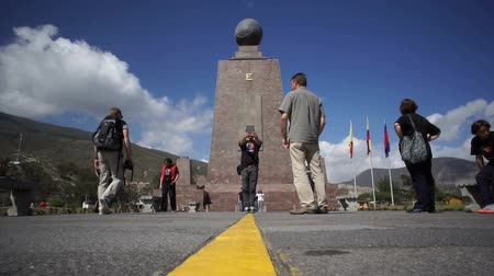 separação : QUITO, ECUADOR - JANUARY 5 2016: Low angle shot of the Mitad del Mundo monument and tourists on the equator that separates the north and south hemispheres in Quito, Ecuador. Stock Footage