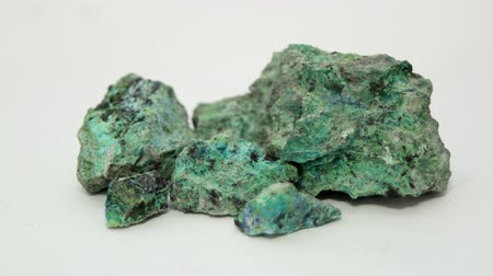 Een monster van de kopermijnoxideerts Malachite en Chrysocolla in de rauwe minerale toestand. Stockvideo
