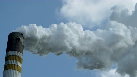 výfuk : Close up of industrial chimney producing emissions into the environment that may be harmful to the atmosphere and which may have an effect on climate change and global warming from of the CO2 content.