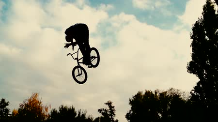 экстремальный : Silhouette of a young man performing BMX mountain bike sport jump. Extreme speed Стоковые видеозаписи