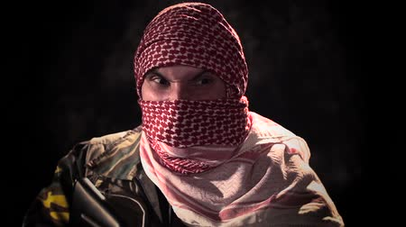 терроризм : Balaclava angry terrorist with machine gun threat HD Стоковые видеозаписи