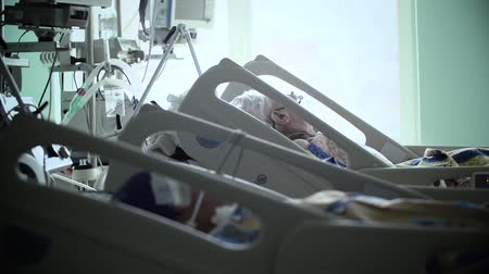eenheid : Intensive Care Unit met de patiënt HD Stockvideo