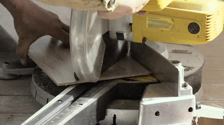 чулан : Sawing laminate pieces with electric saw. Super Slow Motion