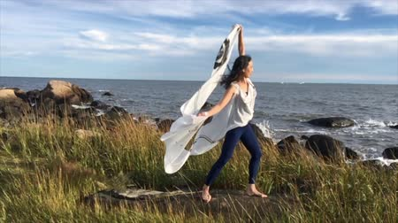 punčocháče : Woman with billowing white fabric, dancing in the wind at Hammonasset Beach in Madison, Connecticut. Dostupné videozáznamy