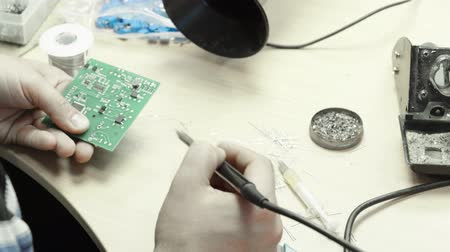 полупроводник : A worker is working on the creation of an electronic board. Close-up.