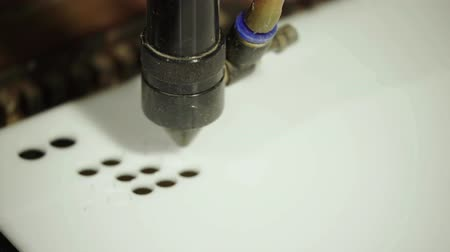 grawerowanie : The work of the laser machine. Close-up. Technology. Wideo