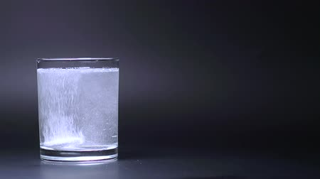 oldódó : Effervescent Vitamins Tablet in a Glass of Water