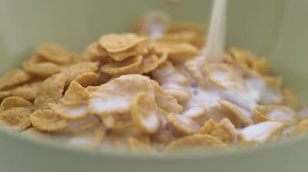 cereais : Cornflakes in milk