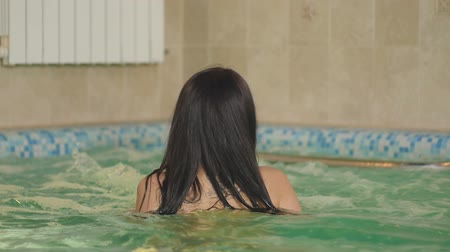 flutuador : Girl Swims in The Pool