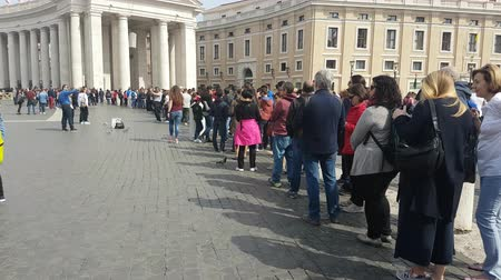 терпение : Rome, italy - March 2017: People in queue by the famous Bernini Colonnade, waiting to enter and visit St Peters Basilica in Rome, Italy. Стоковые видеозаписи