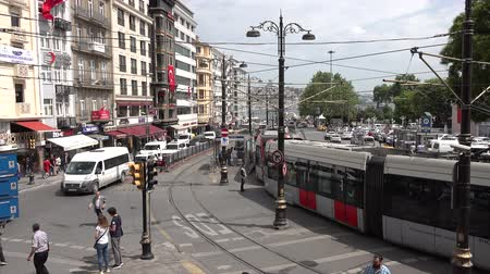 opstopping : Istanbul, Turkije - mei 2018: Ankara Street in Sirkeci District. Een tramsysteem, tram of tram is een spoorlijn waarop trams of trolleys rijden.