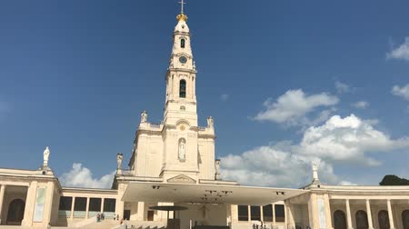 oszlopsor : Fatima, Portugal - April 2018: The Sanctuary of Our Lady of Fatima with people, one of the most important Marian Shrines and pilgrimage locations for Catholics. Basilica of Nossa Senhora.