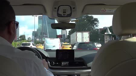 população : istanbul, Turkey - July 2018: Unidentified man driving a car in Istanbul traffic, Turkey Vídeos