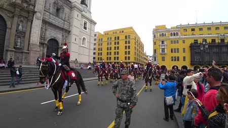 командир : Lima, Peru - September 2017: Soldiers on horse playing music in the military parade at Plaza Mayor, Plaza de Armas of Lima
