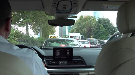 freio : istanbul, Turkey - July 2018: Unidentified man driving a car in Istanbul traffic, Turkey Stock Footage