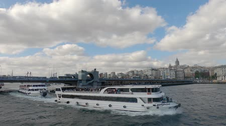 boynuz : istanbul, Turkey - October 2018: Galata bridge with passenger boats and pedestrians is a historical bridge in Eminonu, istanbul, Turkey Stok Video