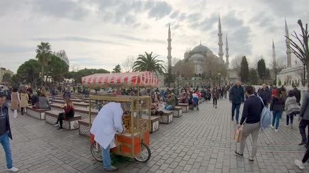 sezam : Istanbul, Turkey - December 2018: Man sells traditional baked pasteries called Simit in Sultanahmet district infront of Blue Mosque Wideo