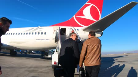 nástup do letadla : Istanbul, Turkey - October 2018: People boarding Turkish Airlines Airplane at Istanbul Ataturk Airport, istanbul, Turkey Dostupné videozáznamy