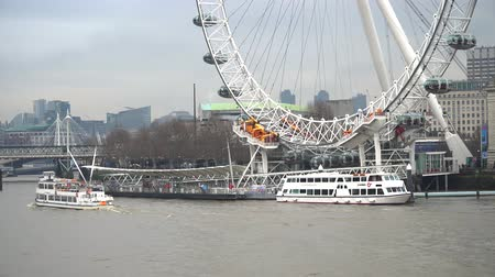 tekerlekler : London, United Kingdom - January 2019: Boats and Thames River in Central London with London Eye Pier