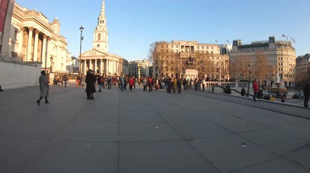 Бен : London, United Kingdom - January 2019: Hyperlapse in Trafalgar square with crowd of tourists and artists