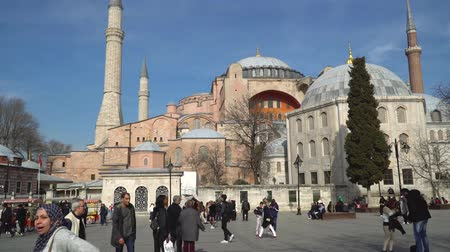 ottomaans : istanbul, Turkey - March 2019: Hagia Sophia Ayasofya in Sultanahmet Square park with tourist crowd, istanbul, Turkey