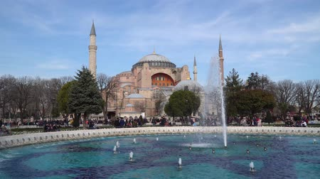 turco : istanbul, Turkey - March 2019: Hagia Sophia Ayasofya in Sultanahmet Square park with tourist crowd, istanbul, Turkey