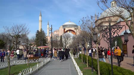 минарет : istanbul, Turkey - March 2019: Hagia Sophia Ayasofya in Sultanahmet Square park with tourist crowd, istanbul, Turkey
