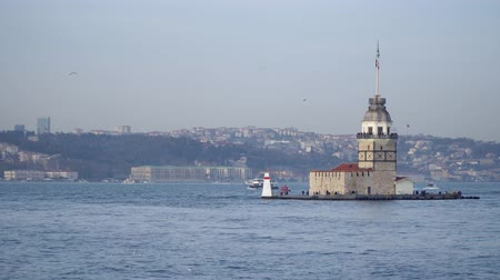 byzantský : istanbul, Turkey - March 2019: Maidens Tower Lighthouse with istanbul cityscape in bosphorus and a ferry