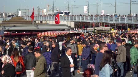 рог : istanbul, Turkey - March 2019: Crowd of people walking on the dockside of Eminonu square, istanbul, Turkey Стоковые видеозаписи