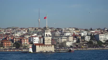 byzantský : istanbul, Turkey - March 2019: Maidens Tower with istanbul cityscape in bosphorus