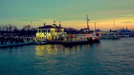 isztambul : Istanbul, Turkey - December 2018: Passenger ferry departing from Kadikoy pier sailing towards Bosphorus during sunset in istanbul, Turkey Stock mozgókép