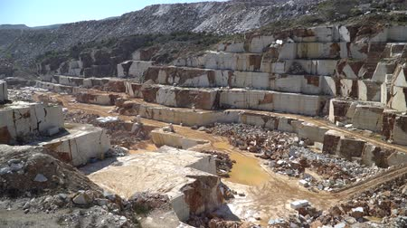 taş ocağı : Marble quarry pit with rocks and blocks of marble in Marmara island, Balikesir, Turkey Stok Video