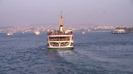 aanpak : istanbul, Turkey - October 2019: Istanbul passenger ferry sailing into bosphorus strait full with commuters