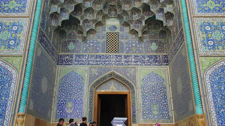 isfahan : Isfahan, Iran - May 2019: Entrance to Sheikh Lotfollah Mosque with tiles on walls in Isfahan Naqsh-e Jahan Square