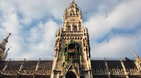 Бавария : Munich, Germany - October 2019: Munich Marienplatz Town Hall building tower in Marienplatz square, Munchen city centre old town Стоковые видеозаписи