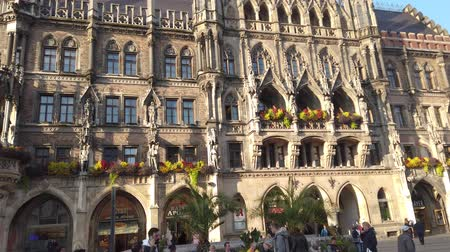 street market : Munich, Germany - October 2019: Munich Marienplatz Town Hall building in Marienplatz square, Munchen city centre old town Stock Footage