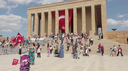 oszlopok : Ankara, Turkey - August 2019: Anitkabir Mausoleum of Ataturk with people visiting the Great Leader Ataturk in his grave to convey his love and respect. Stock mozgókép