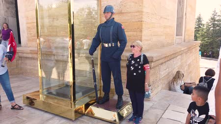 mausoléu : Ankara, Turkey - August 2019: People posing with Honor Guard at Anitkabir Mausoleum of Ataturk with people visiting the Great Leader Ataturk in his grave to convey his love and respect.
