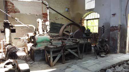 carrière de pièrre : Marmara Island, Turkey - April 2019: Rusty equipment in an abandoned old marble quarry factory in Marmara island, Balikesir, Turkey Vidéos Libres De Droits