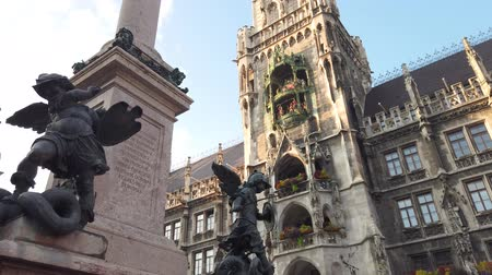 münchen : Munich, Germany - October 2019: The statue in Munich Marienplatz square with Marientplatz Town hall, Munchen city centre old town Stock mozgókép