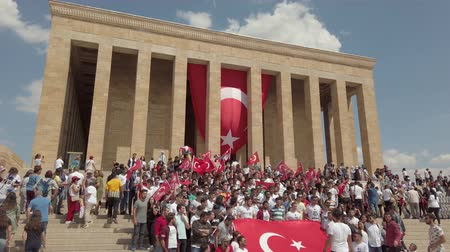 Ankara, Turkey - August 2019: People visiting Anitkabir Mausoleum of Turkish leader Ataturk in his grave to convey love and respect. Стоковые видеозаписи