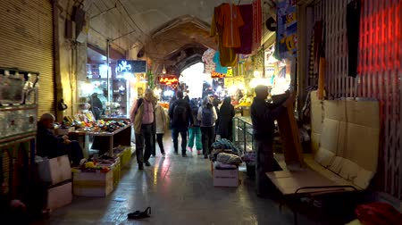 ковер : Isfahan, Iran - May 2019: Grand bazaar of Isfahan, also known as Bazar Bozorg with tourists and local people shopping, historical market