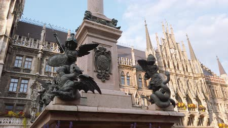 münchen : Munich, Germany - October 2019: Statue in Munich Marienplatz square with Marientplatz Town hall, Munchen city centre old town
