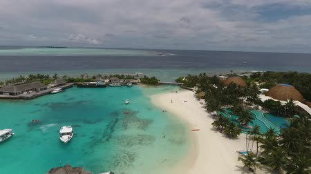 atol : Beautiful tropical Maldives island with white sandy beach and sea