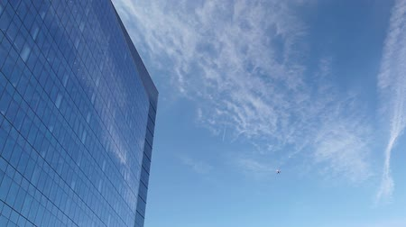 budynki : The Airplane is flying close to skyscraper in Boston