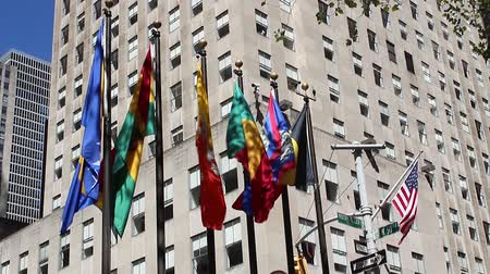 merkez : Rockfeller Center Plaza, Flags waving at the wind, NYC