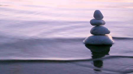 баланс : Stack of round smooth marble stones in Zen style and sea waves background
